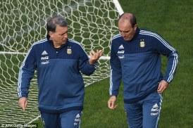 2A0AB24900000578-3144232-Argentina_boss_Gerard_Martino_left_chats_with_goalkeeping_coach_-a-5_1435658160627